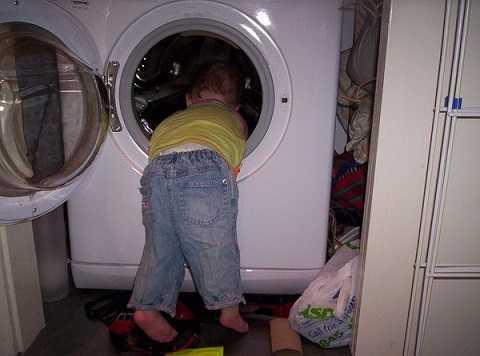 Máy giặt rất nguy hiểm cho trẻ. Ảnh: Kienthuc
