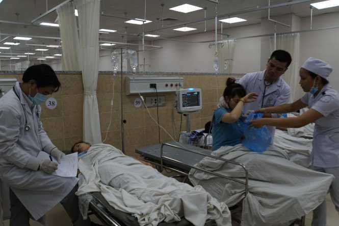 Tại bệnh viện, nhiều công nhân vẫn tiếp tục nôn ói sau khi được bác sĩ sơ cấp cứu, truyền dịch - Ảnh: Hà Mi
