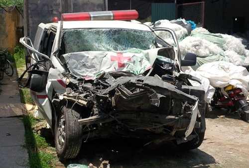 Xe cứu thương bẹp dúm đầu sau vụ tai nạn