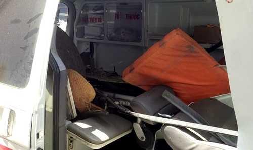 Ghế và dụng cụ y tế ở phía sau bị lật tung