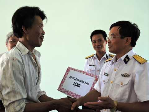 Bộ Tư lệnh vùng 3 Hải quân tặng quà động viên ngư dân bị nạn