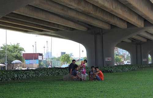 Nắng nóng đỉnh điểm, nhiều gia đình ra gầm cầu nói chuyện, tránh nóng