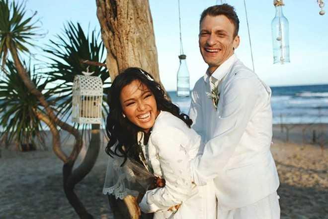 Phương Vy và chồng hạnh phúc với đám cưới trên bãi biển.