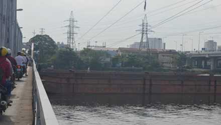 Chiếc sà lan mắc kẹt dưới gầm cầu Bình Lợi