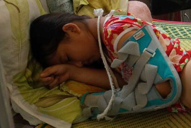 Cháu Linh đang điều trị tại Bệnh viện Đa khoa huyện Cam Lộ (Quảng Trị) - Ảnh: Q.Nam