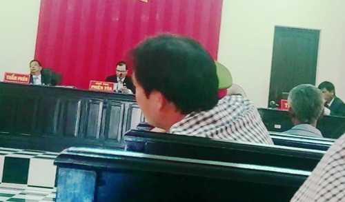 """Thẩm phán Nguyễn Văn Giới """"đơ người"""", ngoẹo cổ trong lúc xét xử - ảnh cắt từ video clip"""