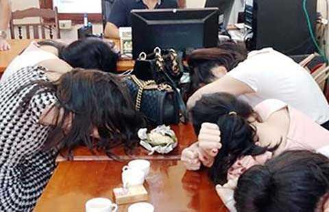 Các gái bán dâm bị bắt quả tang, đưa về cơ quan điều tra.