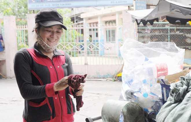 Chị ve chai vui vẻ khi sắp nhận lại 5 triệu yen. Ảnh: Nguyễn Quang.