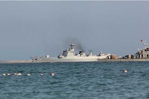 Tàu khu trục Trung Quốc ở Biển Đông