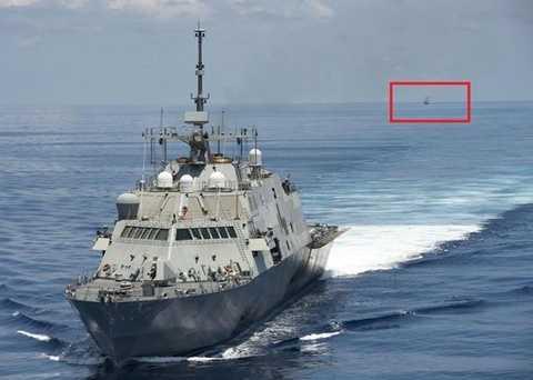 Tàu chiến Trung Quốc (khoanh đỏ) bám theo tàu chiến Mỹ