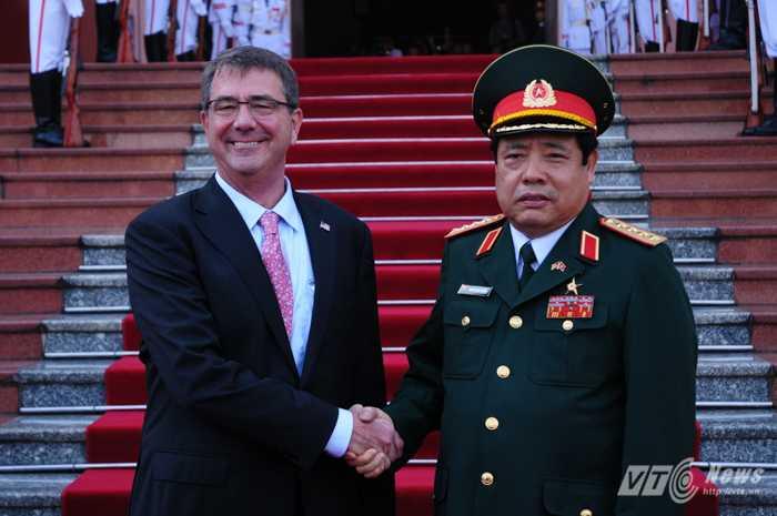 Bộ trưởng Quốc phòng Việt Nam - Mỹ chụp ảnh chung sáng 1/6 - Ảnh: Tùng Đinh