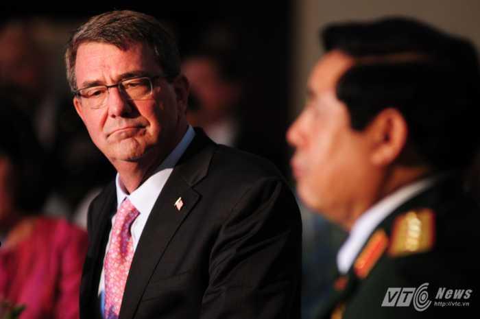 Bộ trưởng Quốc phòng Mỹ Ashton Carter lắng nghe câu trả lời của Đại tướng Phùng Quang Thanh - Ảnh: Tùng Đinh