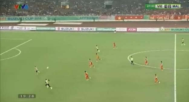 Tình huống nâng tỉ số lên 3-1 của Malaysia xuất phát từ một đường chuyền dài vượt tuyến, khoan thủng hàng hậu vệ Việt Nam