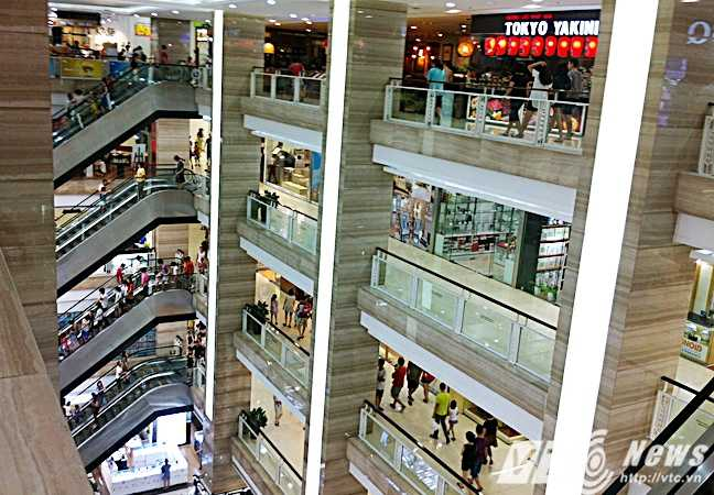 Trung tâm thương mại Vincom đông khách hơn hẳn so với thường ngày - Ảnh: Huyền Trân