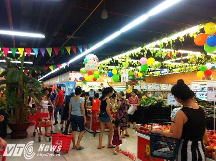 Tầng thực phẩm tươi sống tại Lotte Mart chật kín khách vào tối cuối tuần - Ảnh: Huyền Trân