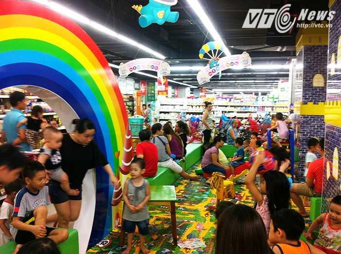 Rất đông trẻ em và người lớn tập trung tại khu vực vui chơi của trẻ em - Ảnh: Huyền Trân