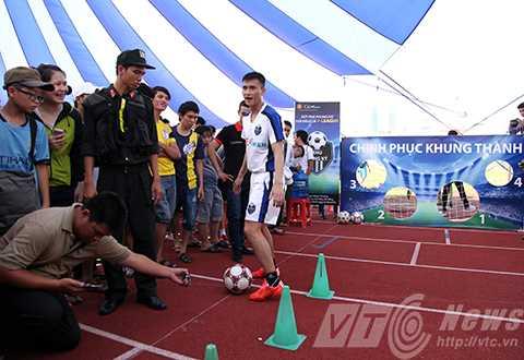 Chiều 2/6, tại Sân vận động Chi Lăng (Đà Nẵng), cầu thủ đội tuyển Việt Nam Lê Công Vinh đã đến Đà Nẵng cùng người hâm mộ tìm kiếm các ưng viên tài năng và đam mê bóng đá cho trận đối đầu với 'CLB V-League'.