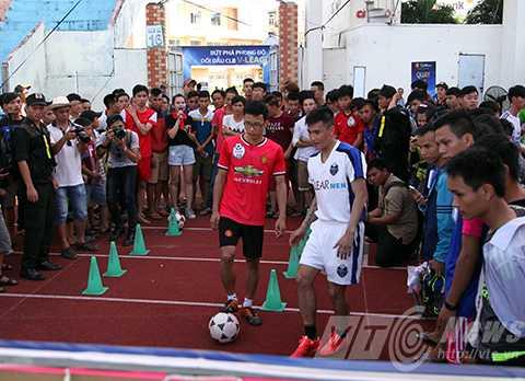 Công Vinh chơi bóng cùng người hâm mộ Đà Nẵng