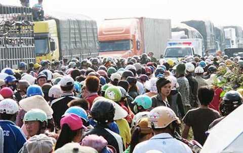 Rất đông người dân đã tập trung trên quốc lộ 1 đoạn qua xã Vạn Long, huyện Vạn Ninh (Khánh Hòa) sau khi nghe tin em Tu Ngọc Thạch bị công an xã đánh chết. Ảnh: TẤN LỘC