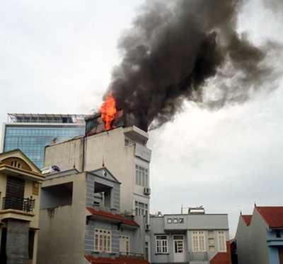 Ngọn lửa bốc cháy dữ dội ở tầng trên cùng của khách sạn