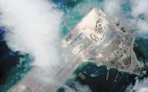 Ảnh cho thấy một đường băng được Trung Quốc xây dựng trái phép tại Bãi đá Chữ Thập ở Biển Đông. Tấm ảnh do máy bay của Hải quân Mỹ chụp lại. Chiếc máy bay này nhận được 8 cảnh báo từ phía quân đội Trung Quốc (ảnh: AFP)