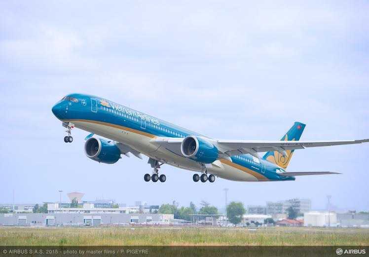 Chiếc A350 XWB đầu tiên của Việt Nam do Vietnam Airlines đặt mua đang bay trên bầu trời Toulouse (miền Nam nước Pháp)