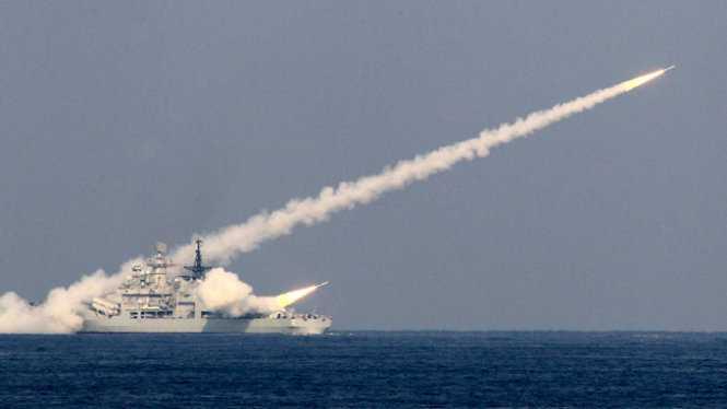 Tàu Trung Quốc bắn tên lửa trong một lần tập trận trên biển