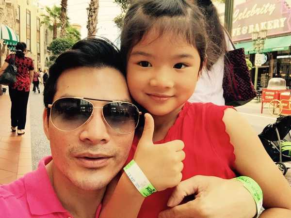 Nam diễn viên vừa có chuyến du lịch ở quốc đảo sư tử cùng con gái.