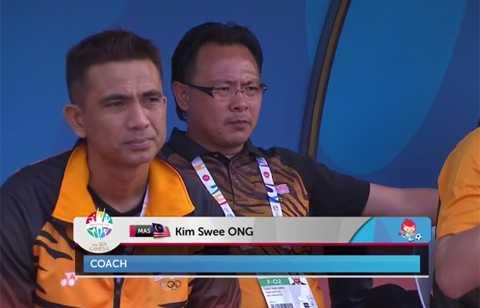 HLV Ong Kim Swee của U23 Malaysia với vẻ mặt khá lo lắng trước trận