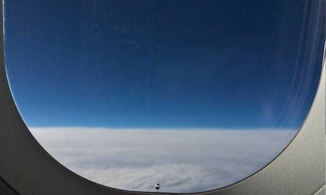 Cửa sổ máy bay có 1 lỗ nhỏ