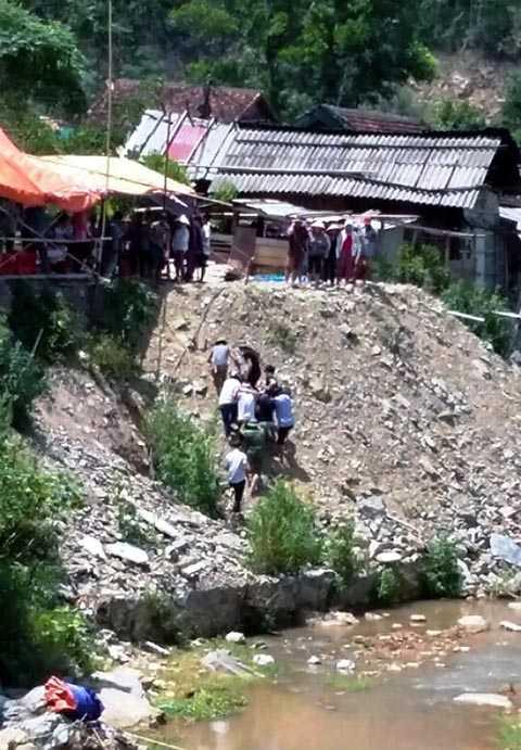 Khe suối nơi nghi can rơi xuống sau khi vật lộn với nạn nhân. Người dân đã đưa Ngoan đến cấp cứu tại bệnh viện huyện Tương Dương.