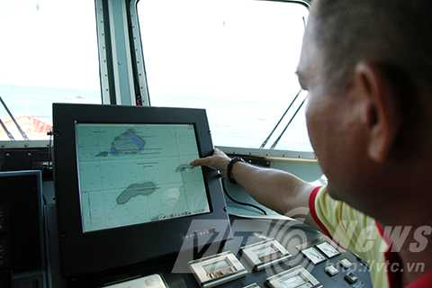 Thuyền phó tàu cứu nạn SAR 412 Trần Quang Thanh chỉ vị trí bị tàu và máy bay quân sự của Trung Quốc uy hiếp khi cứu ngư dân bị nạn tại khu vực đảo Chim Yến.