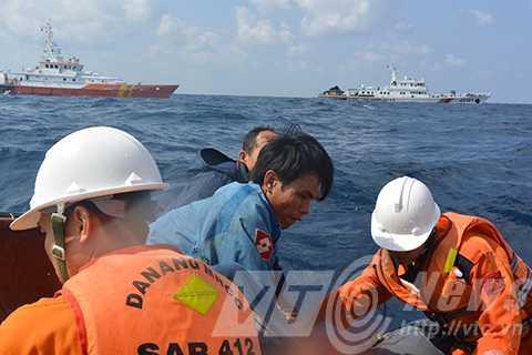 Khi tàu SAR 412 đi vào khu vực bãi đá ngầm Chim Én, thuộc quần đảo Hoàng Sa để cứu 6 ngư dân Bình Định trên chiếc tàu BĐ 95569 bị đắm tàu thì tàu Trung Quốc xuất hiện uy hiếp.
