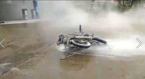 Chiếc xe Minsk bị cháy hư hại nặng