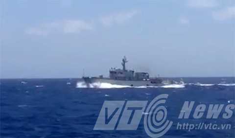 Tàu quân sự của Trung Quốc mang số hiệu 841 có trang bị pháo quân sự truy đuổi tàu SAR 412 khi tàu này trên đường cứu nạn tàu cá QNa 90927 bị nạn trên biển Hoàng Sa (Ảnh chụp từ video do Danang MRCC cung cấp)