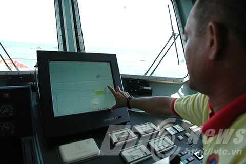 Thuyền Phó tàu SAR 412 Trần Quang Thanh chỉ vị trí bị tàu quân sự Trung Quốc mang số hiệu 841 uy hiếp khi cứu nạn tàu cá QNa 90927