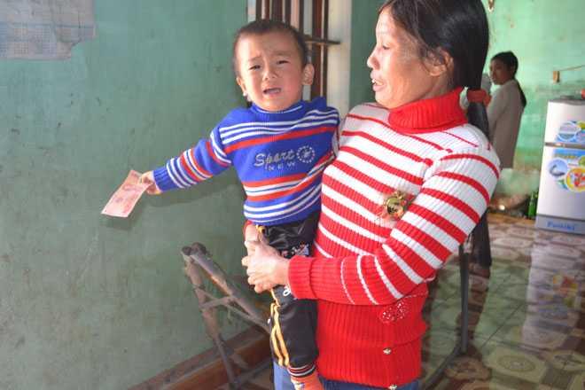Chị Bình cùng cháu La Quốc Việt - con trai chị Vui.