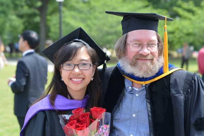 Thu Hương cùng thầy giáo trong lễ tốt nghiệp.