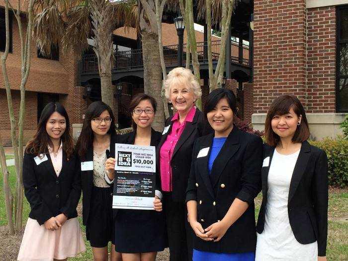Thu Hương (thứ 3 từ trái sang) cùng cô giáo và bạn bè của mình.