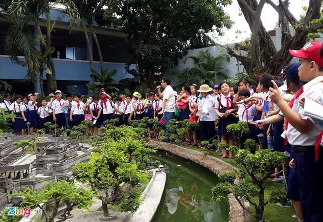 Ngoài thời gian đi làm, khách và các đoàn đến tham quan còn được anh Tùng giảng về lịch sử, văn hóa, kiến trúc Huế.