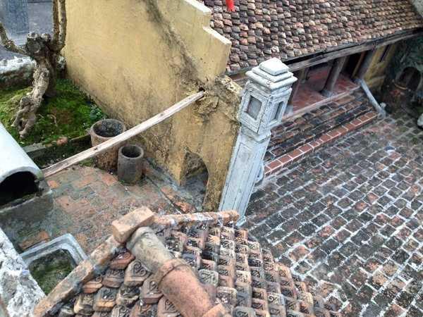 Thậm chí, chi tiết ống dẫn nước mưa bằng gốc cau cũng được tác giả đưa vào một cách khéo léo.