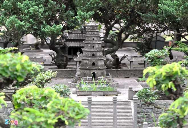 Chùa Thiên Mụ được thiết kế đầy đủ chùa, tháp, phía dưới cổng chùa là dòng sông Hương.