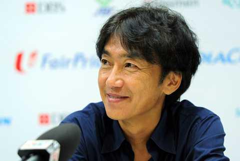 HLV Miura trả lời họp báo sau trận (Ảnh: Zing)