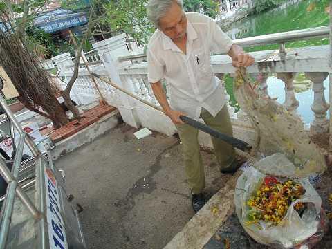 Ông coi đó là niềm vui của tuổi già, vừa nhặt rác cũng là vừa tập thể dục, góp phần bảo vệ môi trường