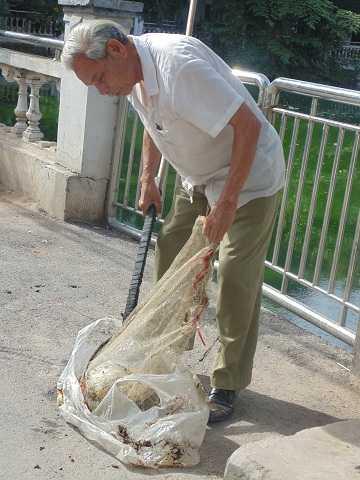 Dù nắng hay mưa, hơn 20 năm nay ông vẫn cần mẫn dọn dẹp những rác thải do người dân thiếu ý thức quăng xuống hồ