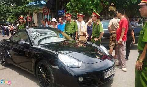 Tài xế lái chiếc Porsche cố thủ trong xe khi bị cảnh sát chặn (Ảnh: Zing.vn)