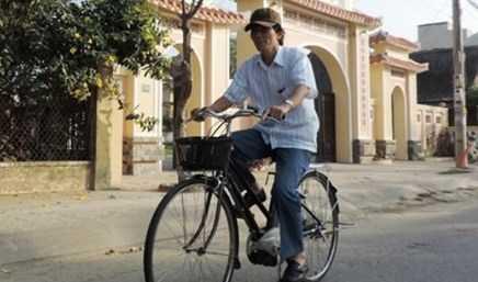Ông Nguyễn Sự đi làm bằng xe đạp.