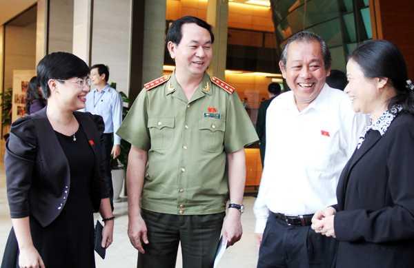 Bộ trưởng Bộ Công an Trần Đại Quang, Chánh án TAND tối cao Trương Hòa Bình trao đổi với đại biểu bên lề Quốc hội