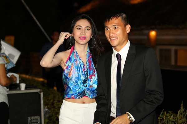 Rạng sáng hôm 7/6, cặp vợ chồng nổi tiếng gây chú ý khi đến theo dõi              trận chung kếtChampions League giữa Juventus và Barcelona tại Hà Nội.