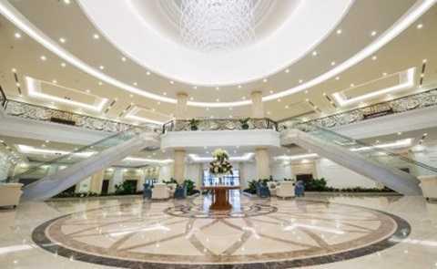 Tầng 1 là khu sảnh đón khách, nhà sinh hoạt cộng đồng (870m2), nhà trẻ và trung tâm thương mại.